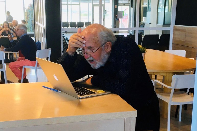 La foto viral de Michel Mayor (Nobel de Física 2019)