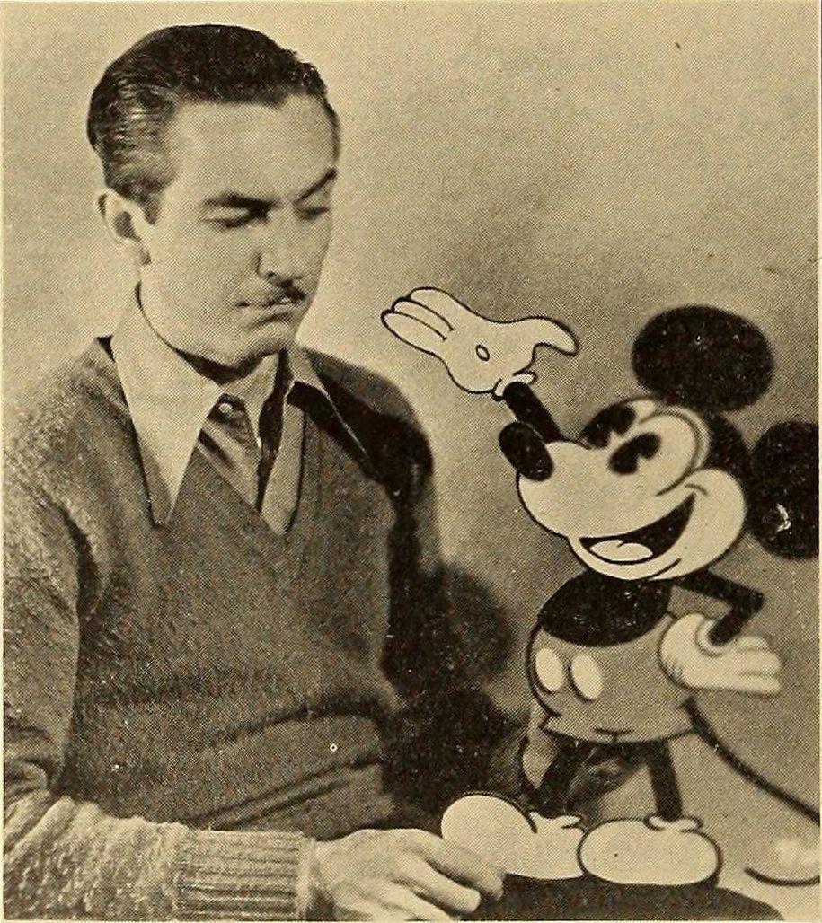 Walt Disney con su cracion Mickey Mouse