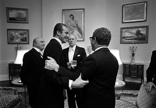 Juan Carlos I, el presidente Ford, José María de Areilza y Henry Kissinger conversando en la Casa Blanca en 1976.