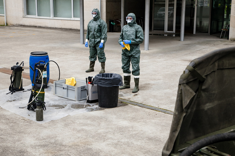 Members of the Spanish army disinfect a nursing home with many cases of coronavirus. This disease is especially rampant with older people, which is coupled with the abandonment and lack of funds in some of these residences, which have become a death trap.