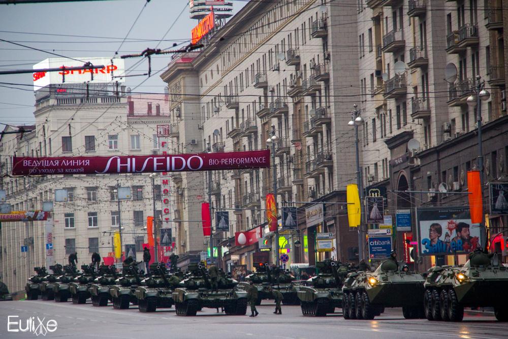 Tanques en el centro de Moscú preparados para el desfile del 9 de mayo de 2011