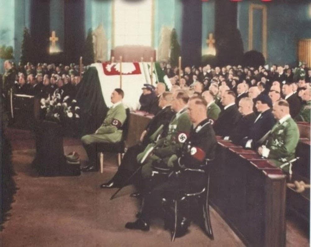 Adolf Hitler asiste a una misa en recuerdo de Pilsudski, Berlin, 1935